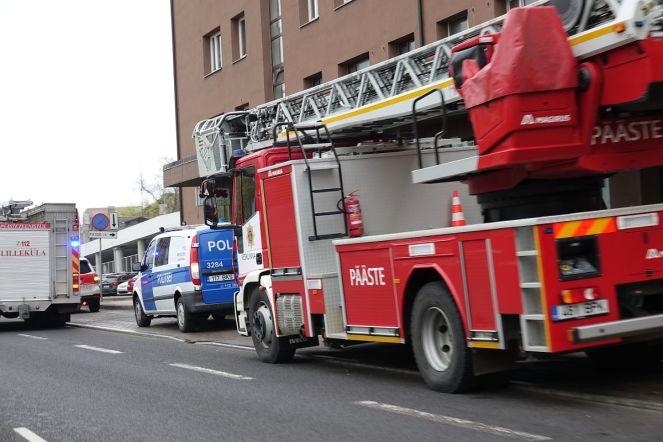 Päästjad ja kiirabi Pärnu maanteel