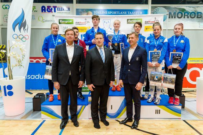 Peaminister ja EOK president panid noortele vehklejatele kaela EV100-le pühendatud Eesti meistrivõistluste medalid