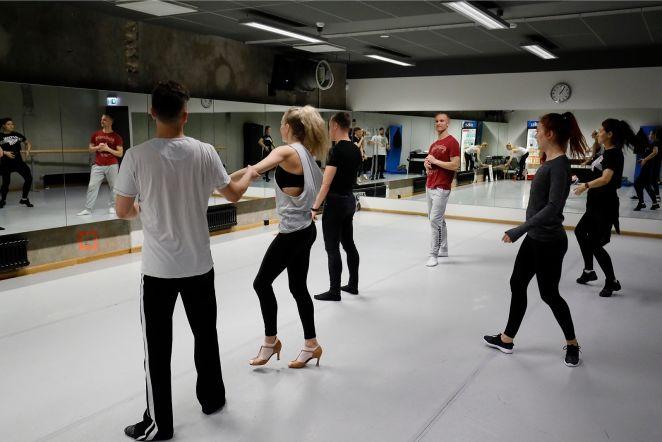 Ott Lepland harjutab tantsijatega