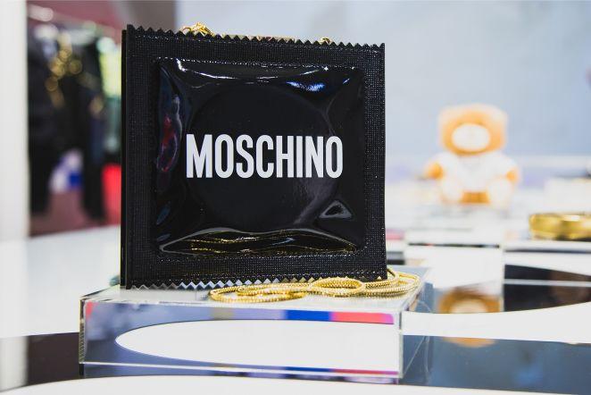 898e2b6490ce ФОТО  Одежда сверкает, цены кусаются. В Таллинне представили коллекцию  Moschino x H M - Бублик