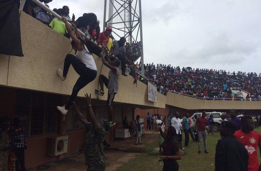 FOTOD JA VIDEO | Aafrika meistrivõistluste valikmäng Gambias osutus tõeliseks farsiks. Hümni asemel poplaul, 15 000 illegaalset pealtvaatajat ja maas istuvad vahetusmehed