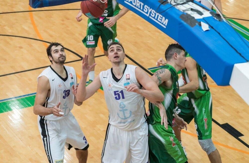 Eesti korvpalli karikavõistluste pronksimängus alistas finaalturniiri võõrustav Pärnu Sadam tugeva teise poolaja abil Valga Maks ja Mooritsa 82:66.