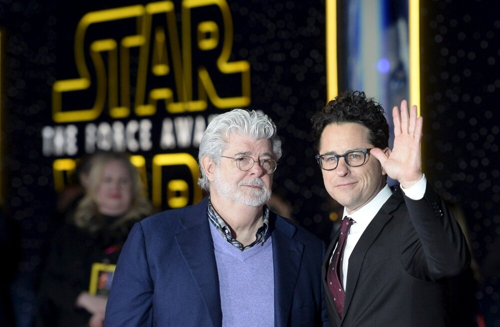 """""""Star Warsi"""" looja George Lucas (vasakul) poseeris enne esilinastust koos lavastaja J. J. Abramsiga."""