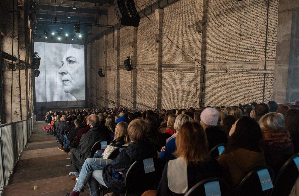 Eakate inimeste näod ekraanil näitavad mustreid, mis nägudesse joonistunud. Neisse võib armuda, igas näos on terve romaan.