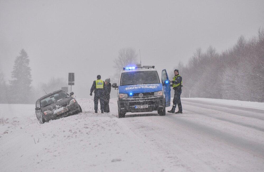 Auto Viljandimaal kraavis