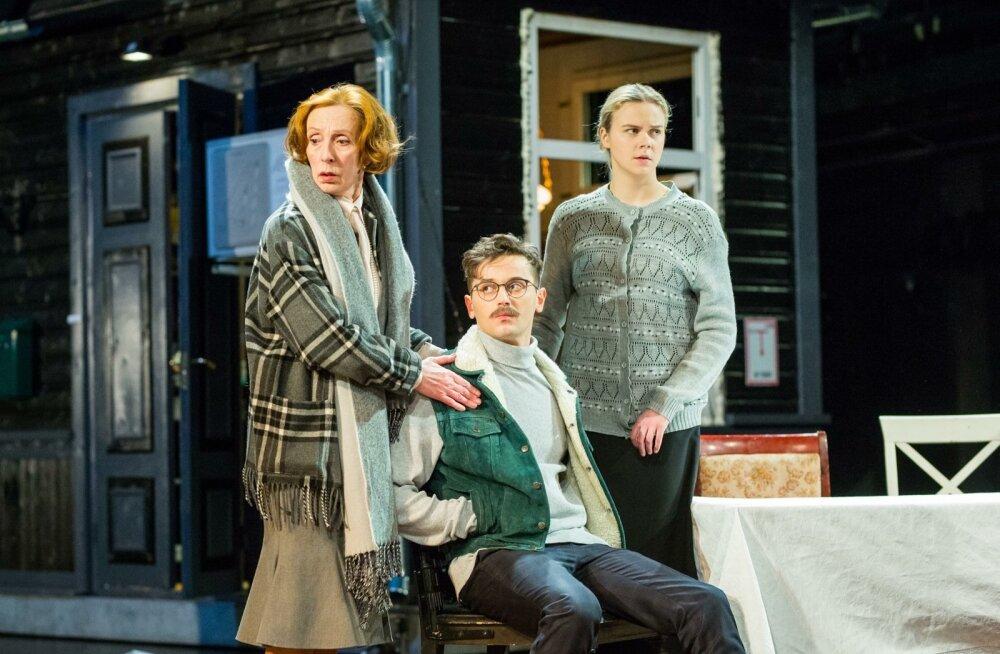 """Liisa Saaremäel (paremal), Robert Annus ja Kaie Mihkelson Draamateatri uues lavastuses """"Väikekodanlased"""""""
