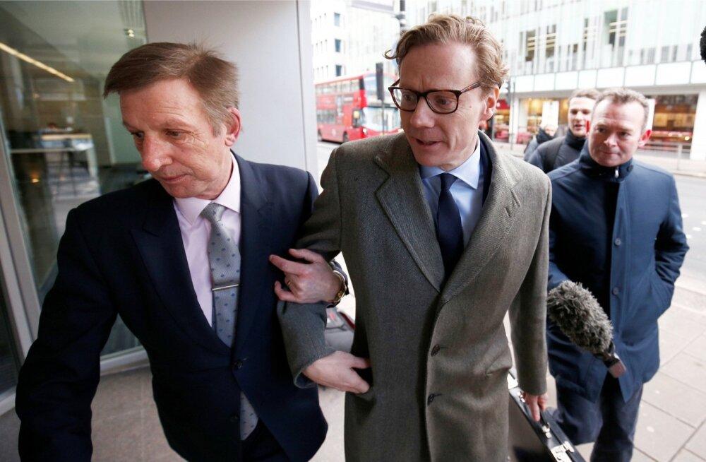 Skandaalse Cambridge Analytica juht Alexander Nix (keskel, prillidega) sisenes eile Londonis niimoodi ettevõtte kontorisse.