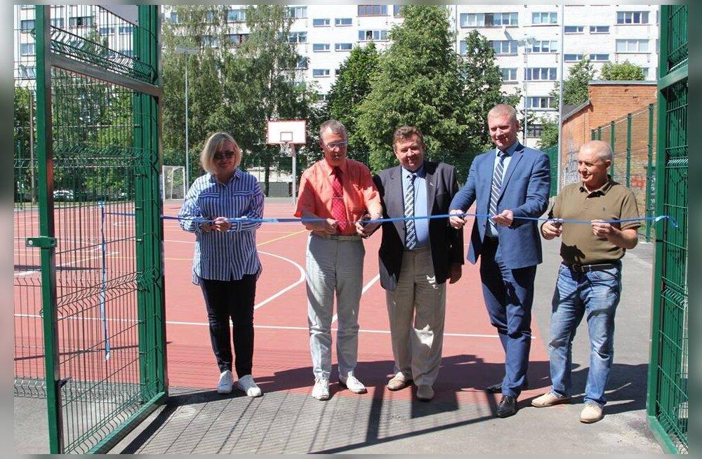 В Нарве открыли новую спортивную площадку за 105 тысяч евро