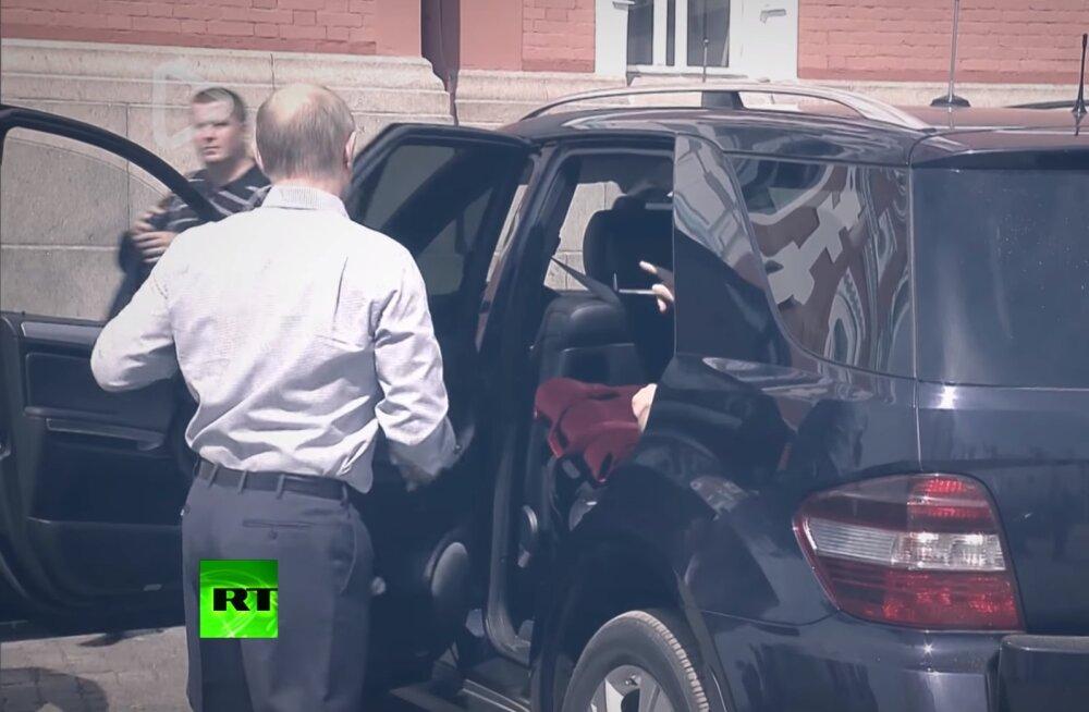 VIDEO | Vladimir Putini auto tagumisel istmel nähti salapärast punase kotiga naist