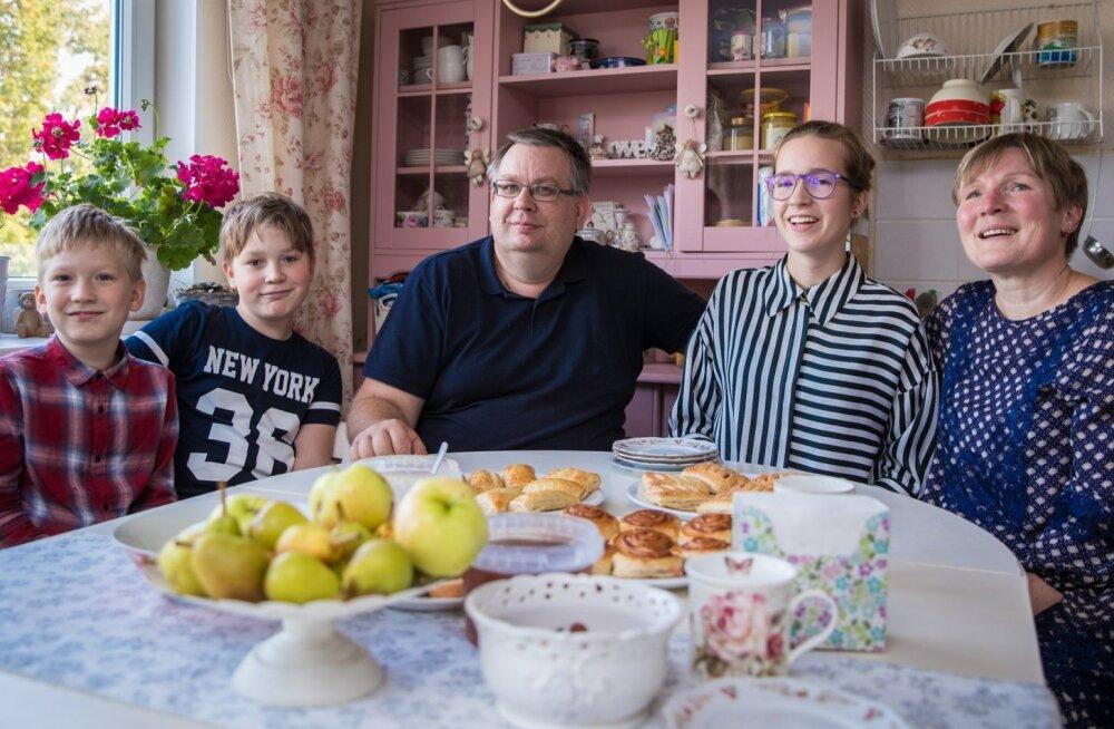Perepildil on koos (vasakult) Johannes, Eduard, Aimar, Angela ja Rita Lauge oma Orissaare korteri köögilaua taga. Imeilusa korteri kujundas otsast lõpuni Rita ise ning praegu õpib ta Kuressaare Ametikoolis mööbli restaureerimist, et oma oskusi veelgi edas