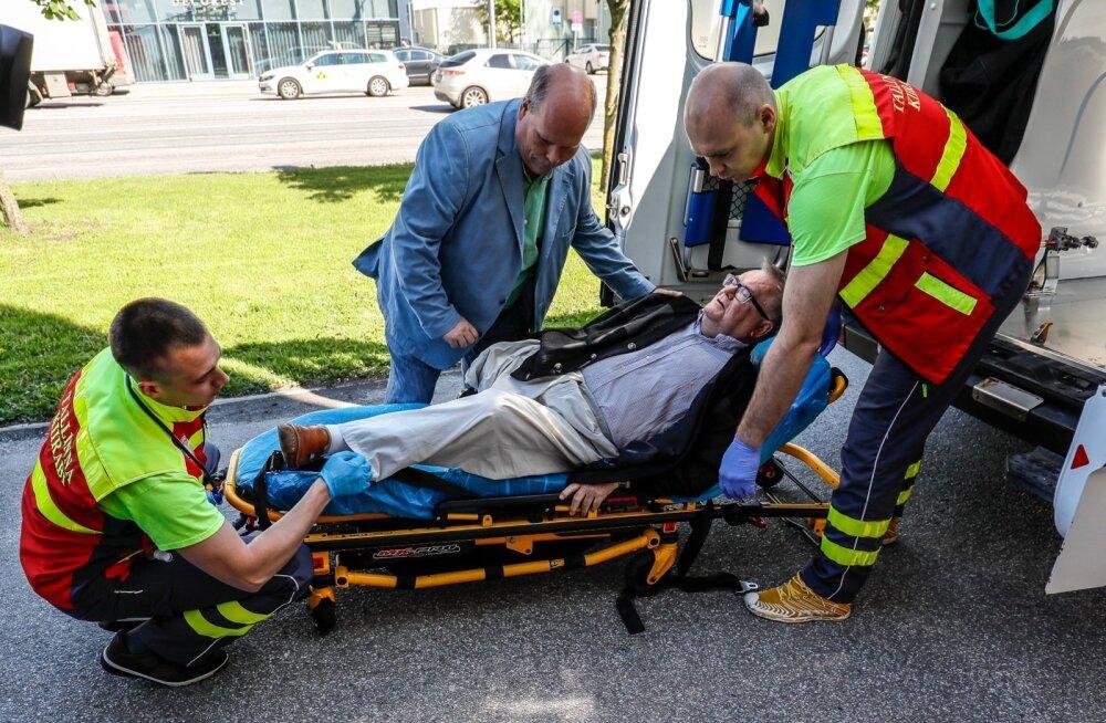 Mullu 14. juunil kutsus Harju maakohus Savisaarele enne istungi algust kiirabi, mis viis ta haiglasse..