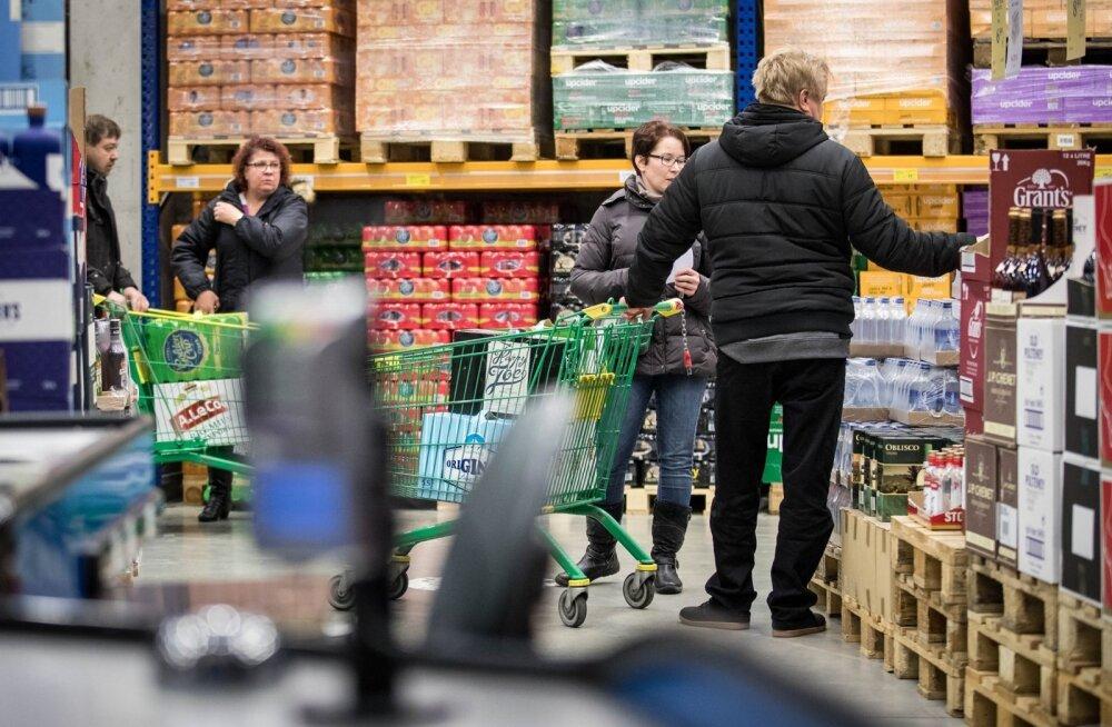 Soodsa alkoholi järel käijad on avastanud, et paljud muudki kaubad on Lätis meie omadest tunduvalt odavamad ning üha enam jäetakse neid oste tehes seegi raha sinna.