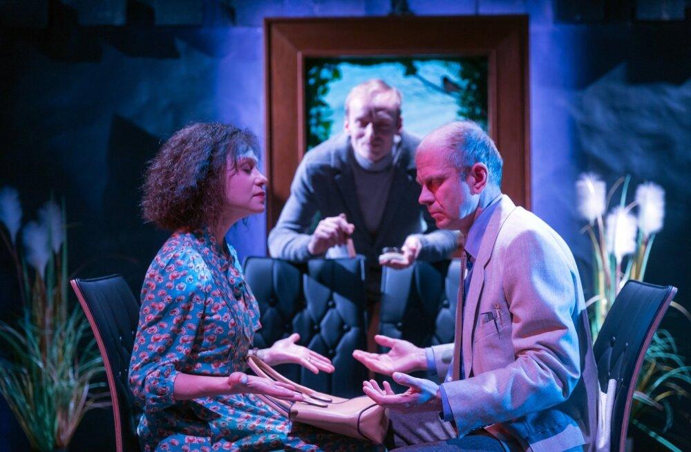 Joana (Piret Kalda) ja Valentin (Andres Raag) teevad Kaspar Velbergi silme all südameharjutust.