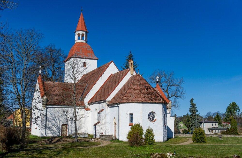 Kuusalu kiriku põlengu jäänused päeval