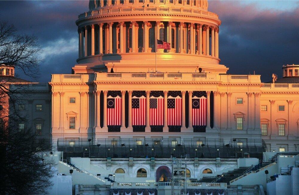 Donald Trump annab ametivande Kapitooliumi hoone läänetiiva ette püstitatud poodiumil.