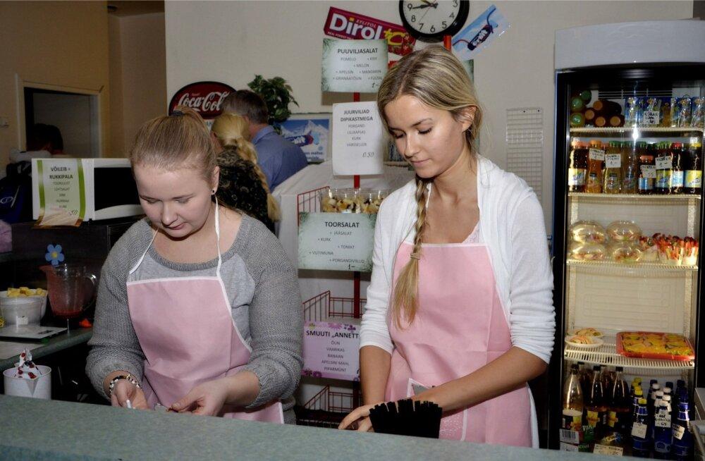 Birgit Suurorg (vasakul) ja Annette Tuiman askeldasid tervisekohviku leti taga igas vahetunnis.