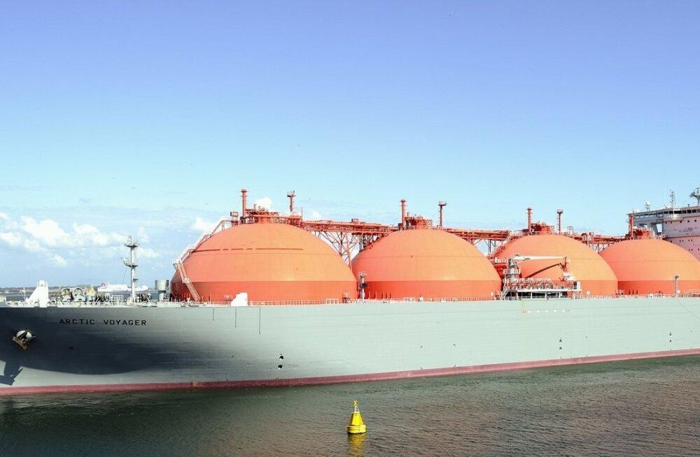 """Loodusliku vedelgaasi tankerit """"Arctic Voyager"""" pukseeritakse Hollandis Rotterdami sadamas."""