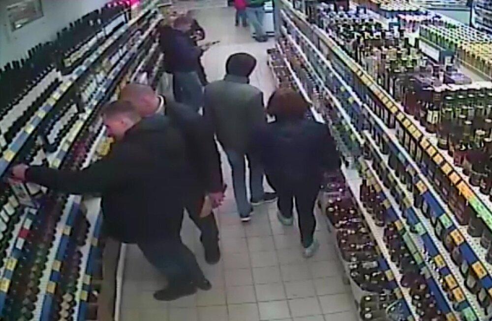 FSB avaldatud turvakaamera pildil valivad kaks väidetavat äärmuslast (vasakul) parasjagu alkoholipoest Molotovi kokteili tegemiseks sobivat kraami, et Krimmi mufti kodu rünnata.