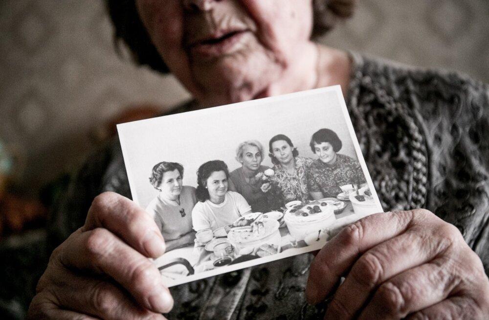 Rühm tüdrukuid, kes saadeti Siberisse. Pilt on tehtud 1970-ndatel, kui taas Eestis kokku saadi. Paremalt teine Ageeda Paavel, vasakult teine Aili Jürgenson.