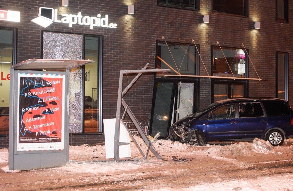 Vastu Tartu mnt 63 hoonet sõitnud auto