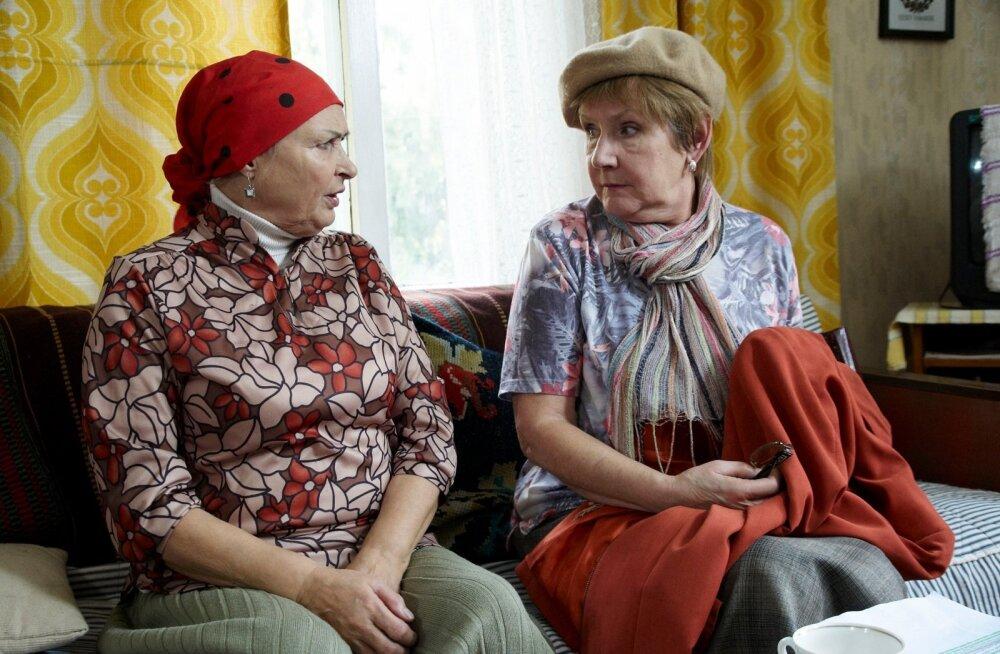 """""""Pole küll minu asi, aga... """" ütleb Alma (Helgi Sallo, vasakul) tõredalt Lainele (Luule Komissarov)."""