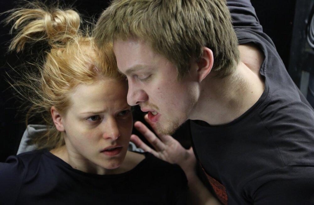 Noortel nagu Hermial (Rea Lest) ja Demetriusel (Jarmo Reha) on laval pidevalt tegemist ning nende tegevus on peamiselt seotud armastuse ja vihkamisega.
