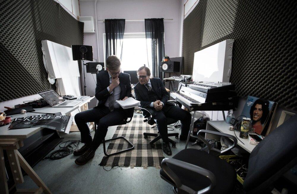 Heliloojad Sander Mölder (vasakul) ja Timo Steiner ütlevad, et male muusikaga sidumine läks loomulikult, sest tegemist on veidi ka akustilise mänguga.