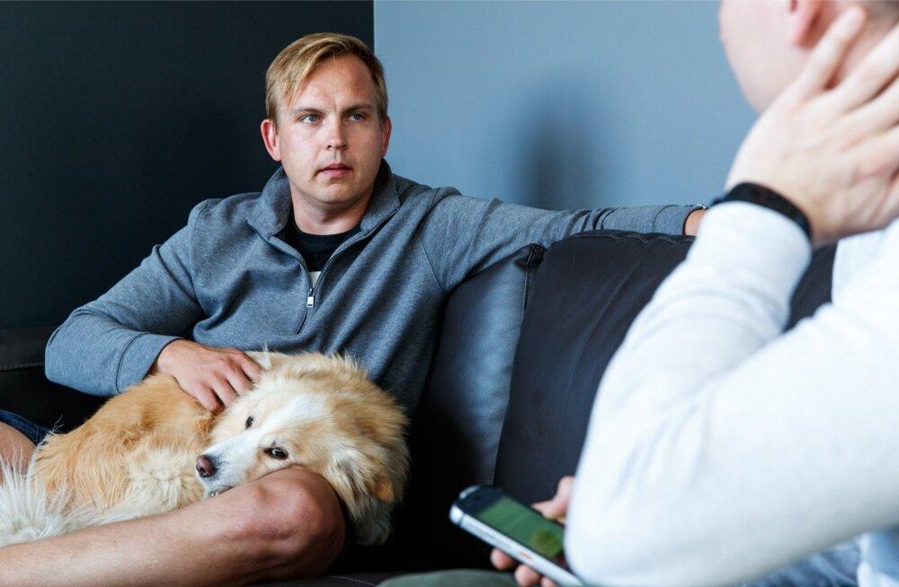 MeetFranki üks asutaja Kaarel Holm. Mehe süles on koer Frank, kelle järgi idufirma osaliselt ka nime on saanud.