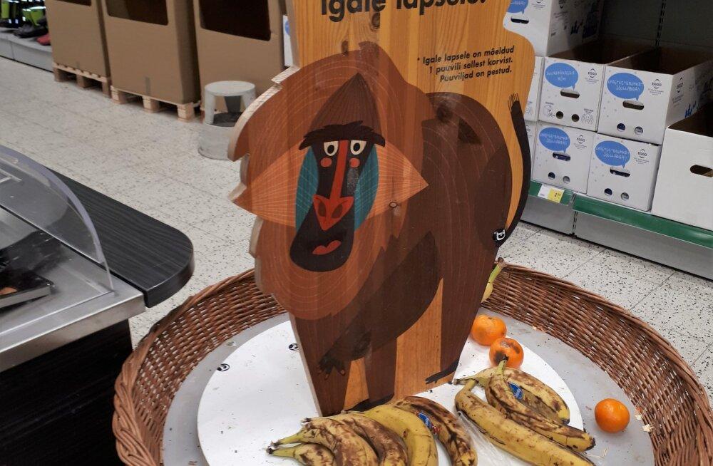 LUGEJA FOTO | Töötaja eksimuse tõttu pakuti Prismas lastele tasuta puuviljade valikus hallitanud mandariine ja pruunikaid banaane