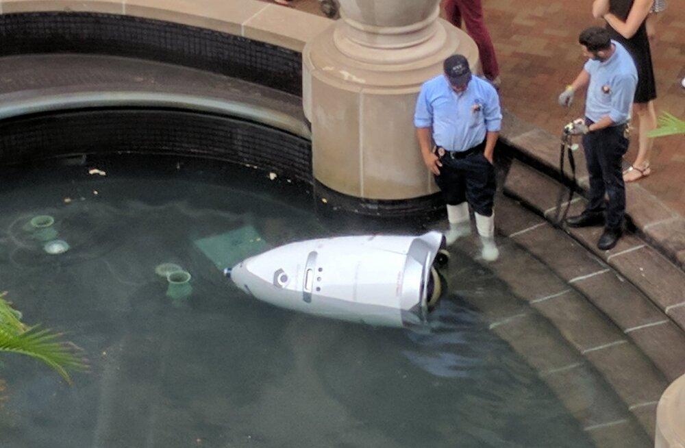 Vesine lõpp: Washingtonis otsustas värskelt värvatud turvarobot basseini veereda