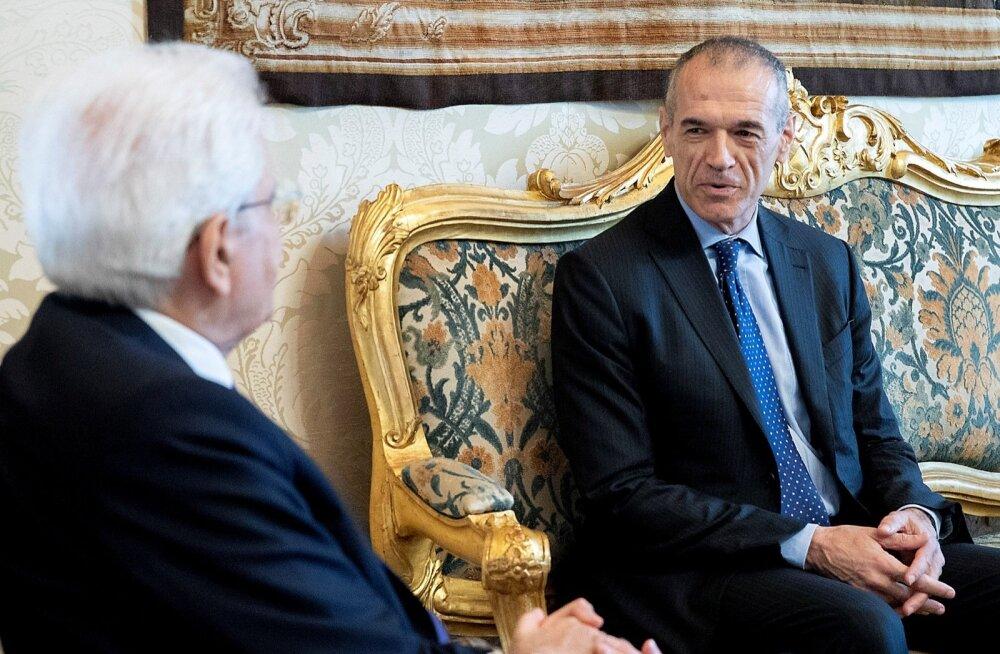 Sergio Mattarella (vasakul) andis eile korralduse valitsuse moodustamiseks Carlo Cottarellile, aga Cottarellil pole parlamendi toetust.