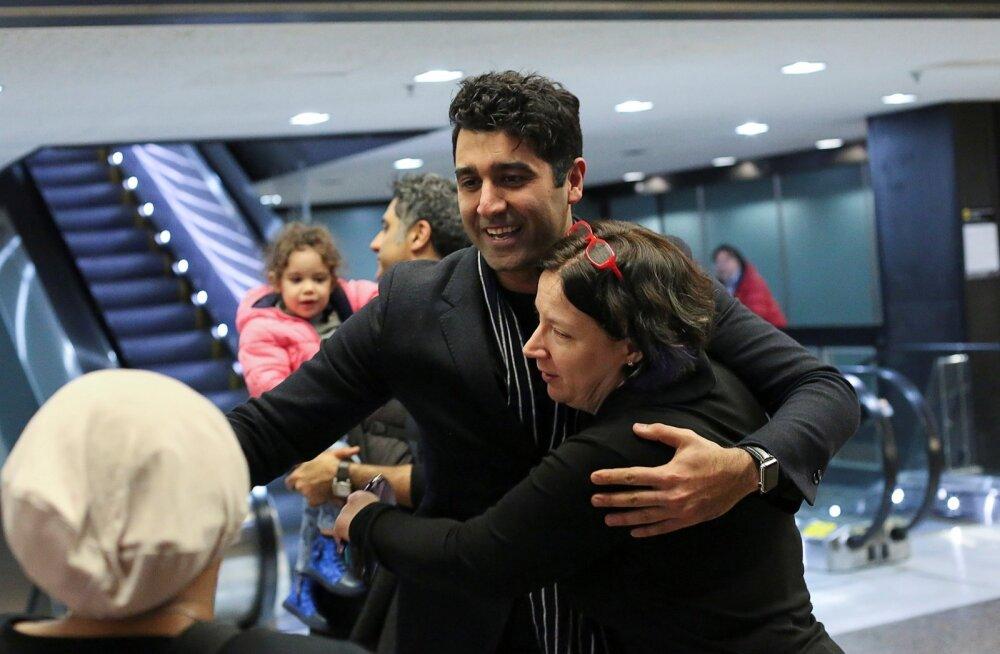 Elamisloaga iraanlane Cyrus Khosravi (keskel) pääses esmaspäeval taas USA-s elava pere juurde.