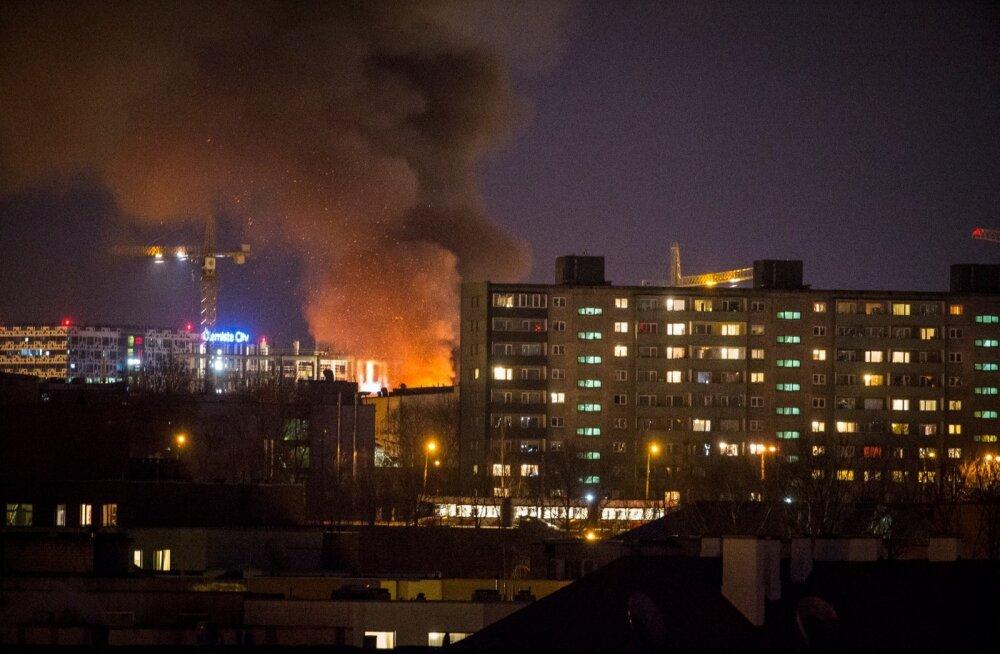 ФОТО и ВИДЕО DELFI: Загорелось печально известное заброшенное здание на улице Палласти