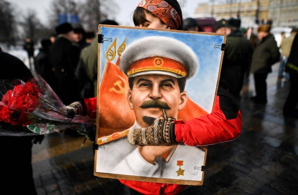 Vene kommunistliku partei toetajad osalevad Jossif Stalini surma 65. aastapäeva mälestustseremoonial Moskvas 5. märtsil 2018 Punasel väljakul.
