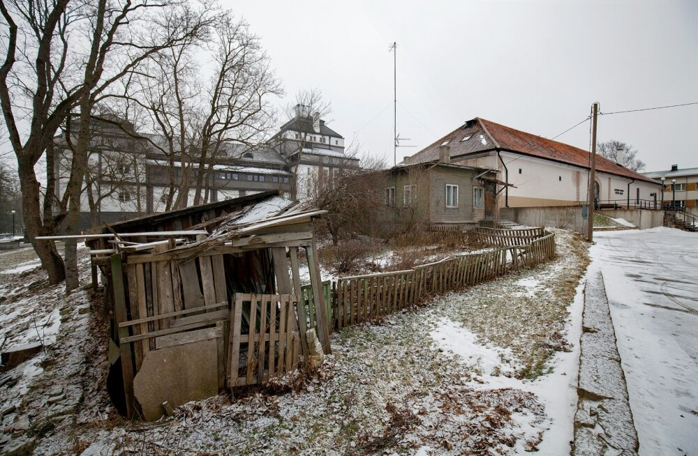 Naabrid: esiplaanil Toivo Mölderi krunt koos teatri väikesele saalile toetuva majaga, tagaplaanil suur Rakvere teatrimaja.