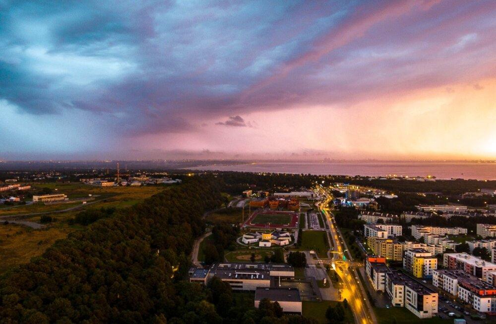 Äikesepilved Tallinna kohal Viimsist vaadatuna