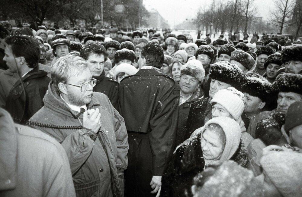 Peaminister Mart Laar Narvas meeleavaldajatega kohtumas.
