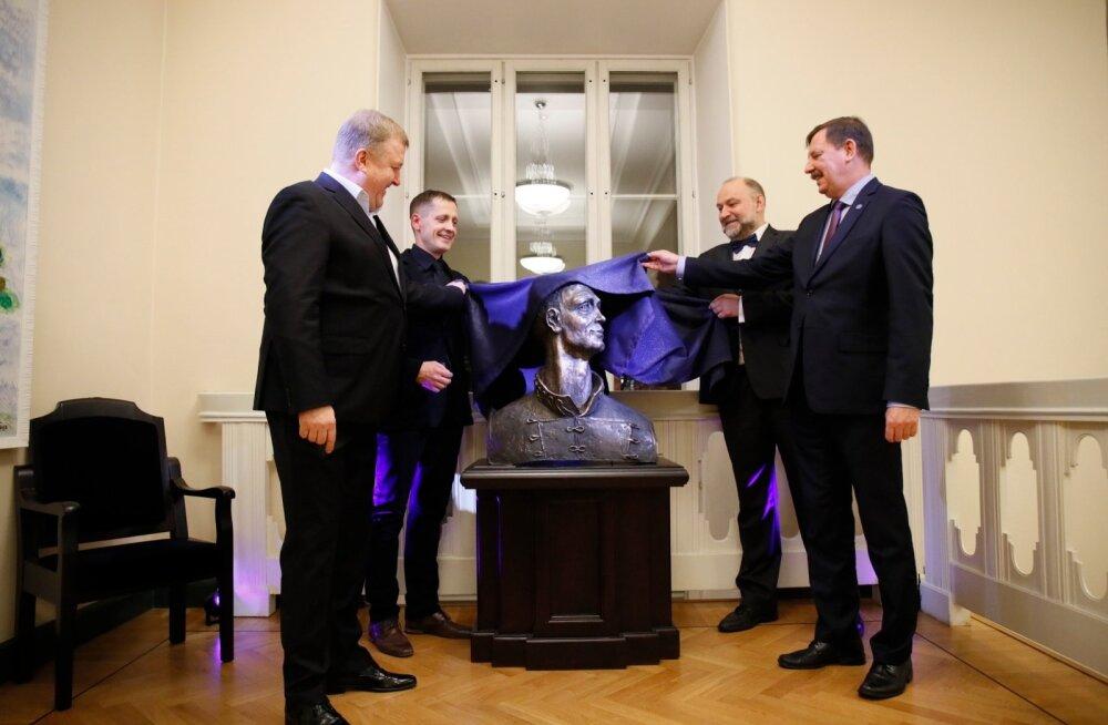 FOTOD   Rahvusooperis Estonia avati juubilar Toomas Eduri büst