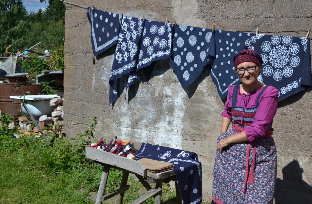 Peipsimaa külastuskeskuses saab heita pilgu käsitsi trükitud kangastest rõivastele