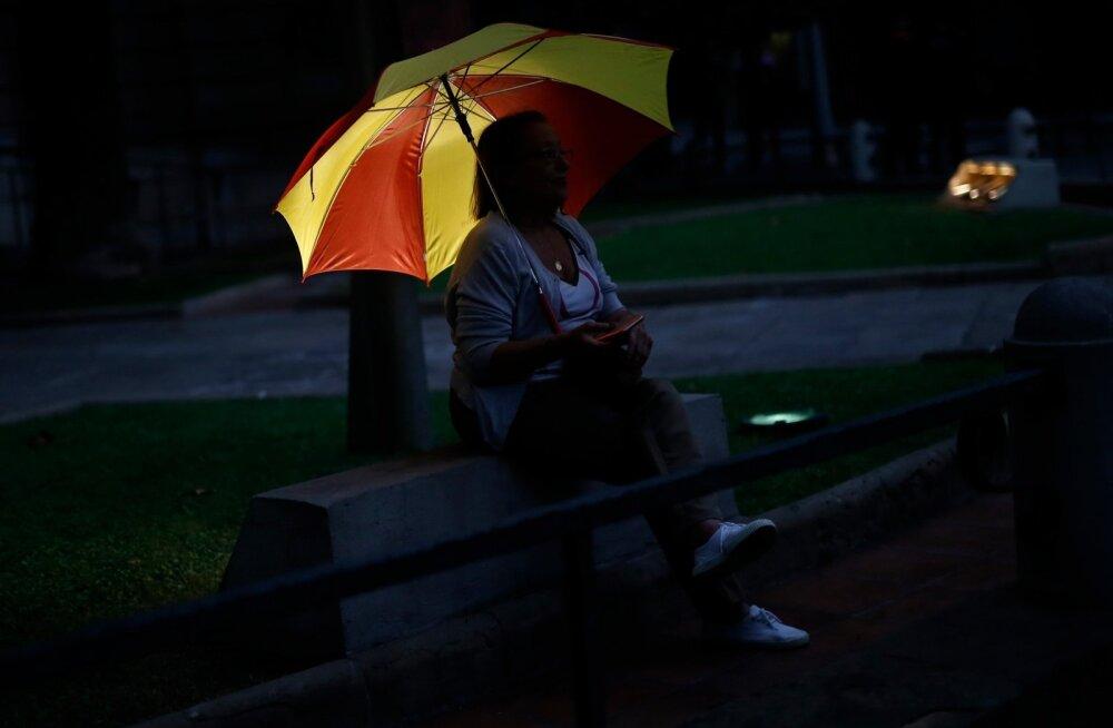 Hispaania lipu värvides vihmavarjuga protestija üleeile Barcelonas