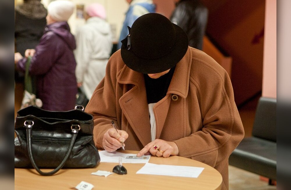 Pensionär pensioniametis avaldust kirjutamas