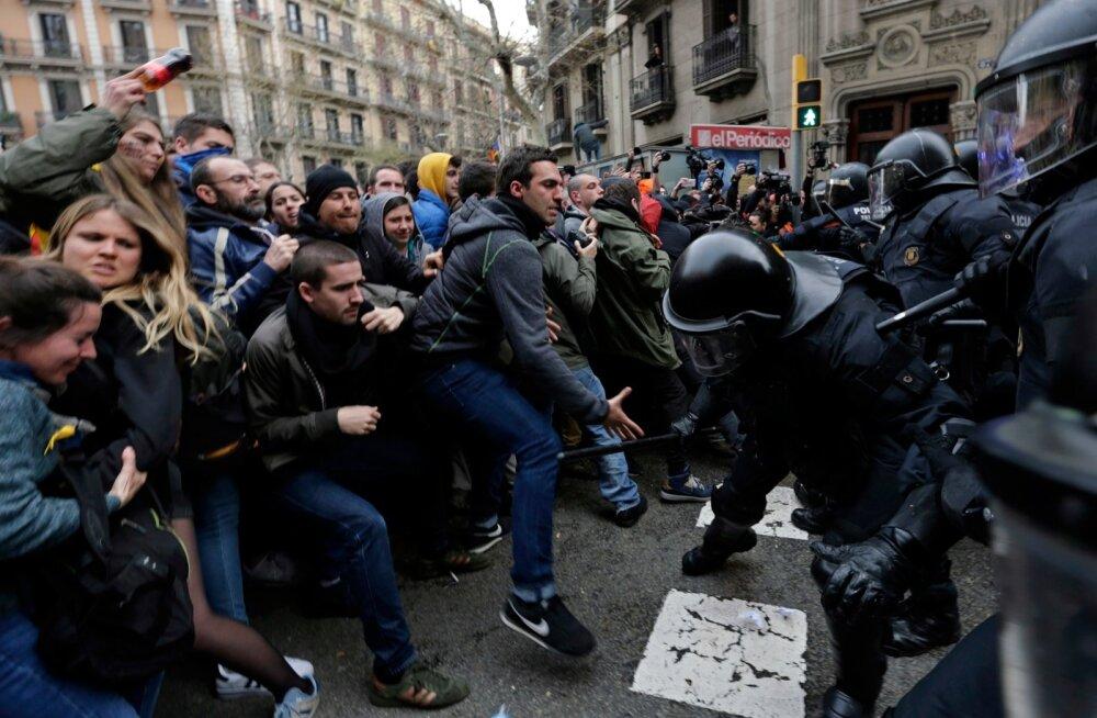 Barcelonas puhkesid pärast Puigdemonti vahistamist tänavarahutused, milles sai viga 20 inimest.