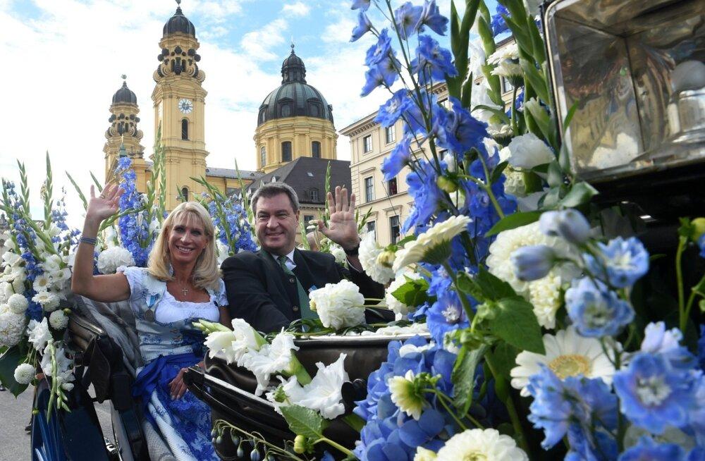 Baieri liidumaa peaministril Markus Söderil (pildil koos abikaasa Kariniga möödunud kuu lõpus Oktoberfestil) pole praegu põhjust naeratada, sest pühapäeval toimuvad valimised võivad ta võimult viia.