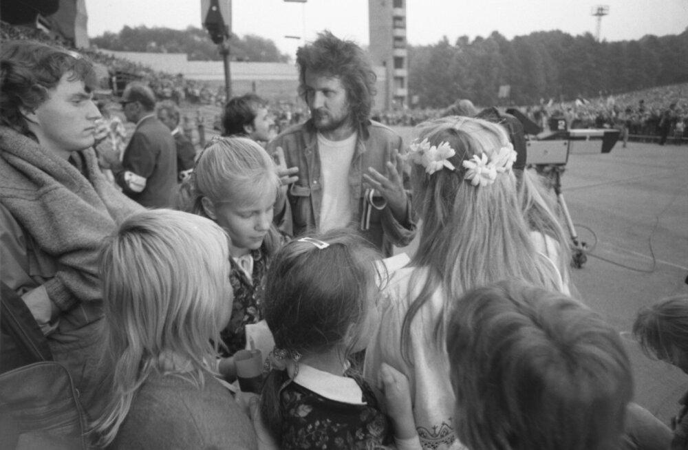 """Alo Mattiisen 1988. aastal lauluväljakul """"Eestimaa laulul"""" osalejatega."""