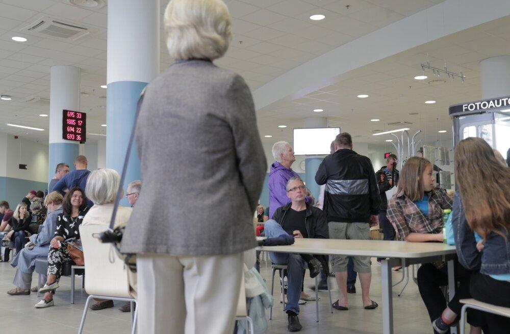 FOTOD | PPA Tammsaare tee kontori juures on metsik järjekord ja ootama peab tunde