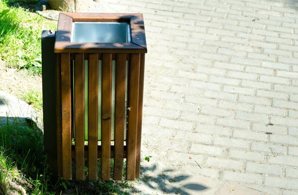 Puidust prügikastile võib panna sobiva suurusega plastikust sisu, kuid selleks võib kasutada ka prügikotti.