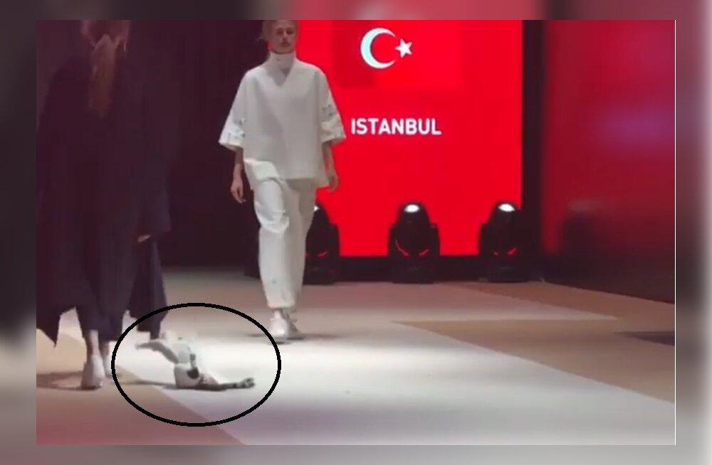 Naljakas VIDEO | Juhuslik kass patseeris moelaval ja virutas modellidele veel käpagagi