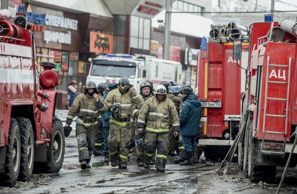 Tuletõrjujad eile Kemerovos põlenud kaubanduskeskuse lähedal