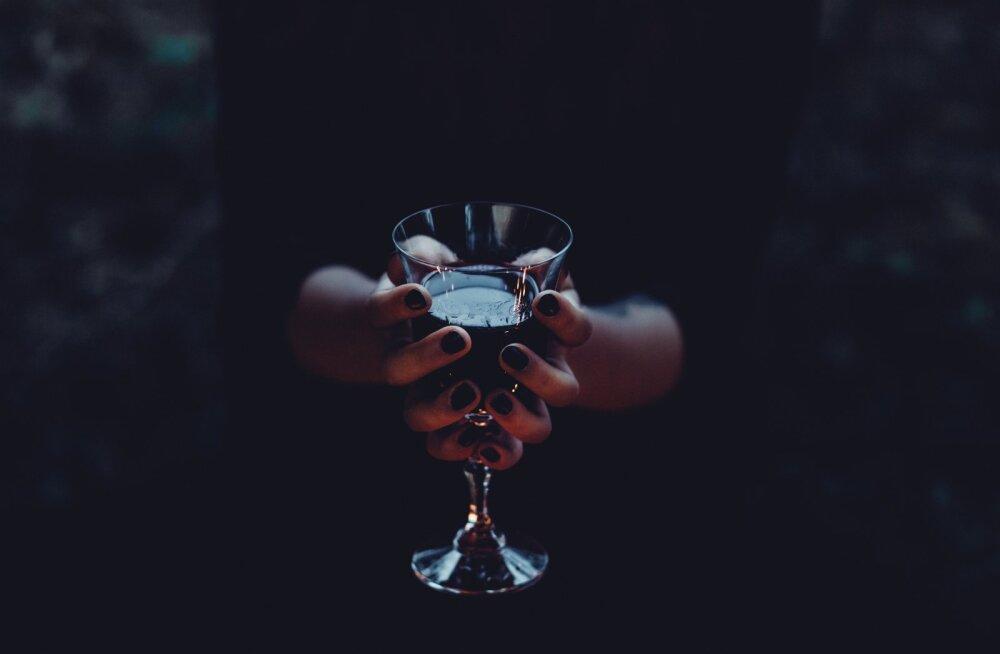 20ndates naine räägib enda loo sõprusest alkoholiga: kui mõni suhe purunes, võisin kallata kurgust alla 3 pudelit veini, nuttes uinuda ja hommikul jätkata