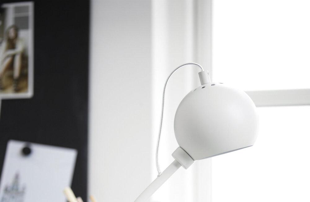 Minimalistlik laualamp on ajatu disainiga